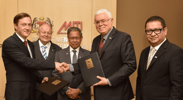 From right to left: Datuk Seri Jebasingam Issace John, Chief Executive Officer of East Coast Economic Region Development Council (ECERDC) - Datuk Seri Mustapa Mohamed, Minister of International Trade and Industry - Bernhard Schutte, Chairman of TAPiO Management Advisory - Daniel A. Gottschald, Managing Director of TUM International GMBH